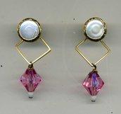Orrecchini doppio uso (a lobo e pendenti) con perla piatta e resina fucsia