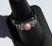 Anello con perla rosa cipria e perle in metallo argentato