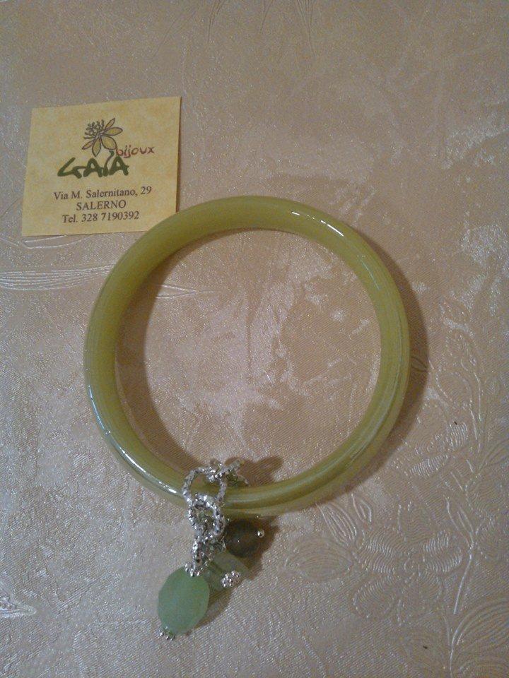 Bracciale in vetro verde acido con pendenti