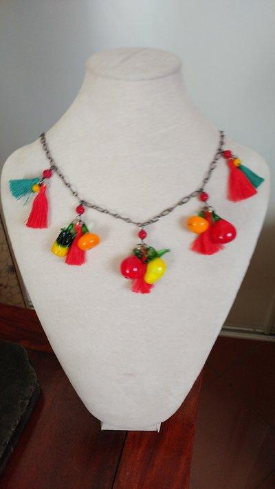 Girocollo tuttifrutti multicolor con nappine