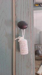 Ciondolo per chiavi o pomelli fatto a mano con uncinetto e cotonone
