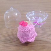 Cupcake amigurumi rosa fatto a mano all'uncinetto con alzatina