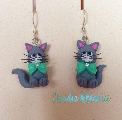 Orecchini pendenti raffiguranti gattini realizzati a mano in fimo, con monachella in argento. Simpatica idea regalo.