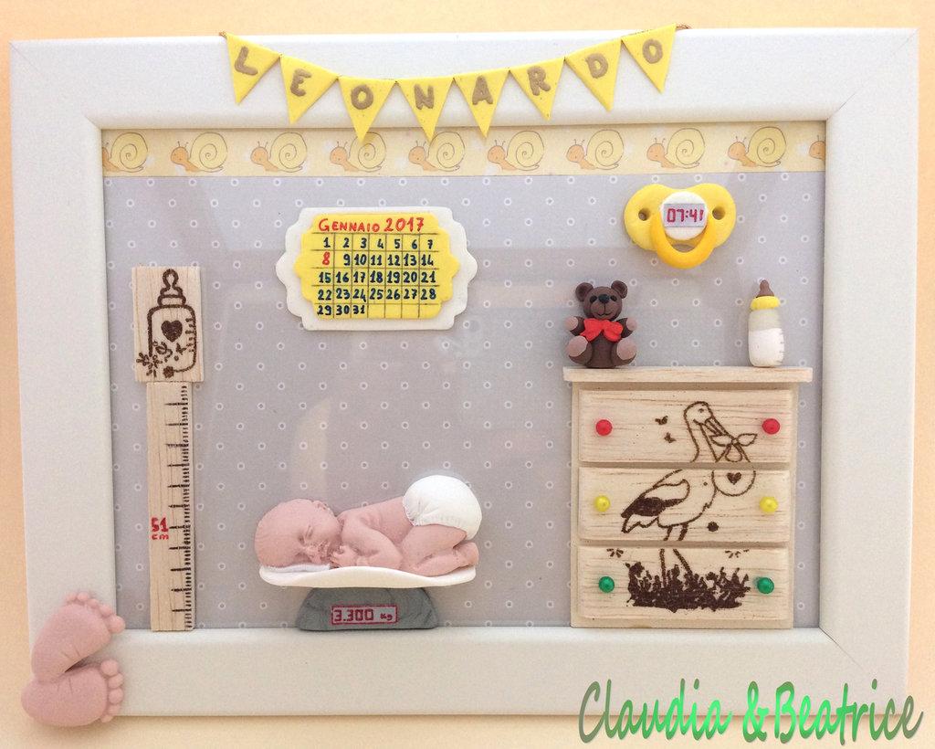 Quadretto nascita neonato realizzato a mano con elementi in fimo, balsa e cartoncino.  Idea regalo personalizzabile