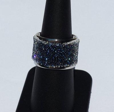Anello a fascia argentato con applicazione di una fascia Crystal Fabric di Swarovski,color Moonlight blue