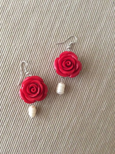 Un paio di orecchini rosa rosso fuoco