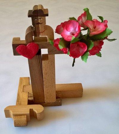 Statuetta decorativa in legno uomo con fiori