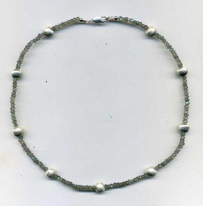Girocollo in labradorite millimetrata e perle in metallo satinato