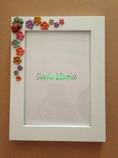 Cornice decorata con fiori in fimo realizzati a mano. Perfetta come regalo o bomboniera per ogni evento.