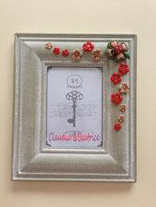 Cornice decorata con fiori quadrifoglio e coccinella realizzati a mano in fimo. Ottima come regalo o bombiniera.