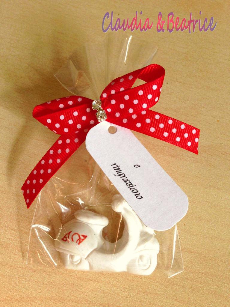 Sacchettini segnaposto con confetti decorati a mano in fimo e personalizzabili.