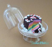 Alzatina con torta arcobaleno fatta a mano in fimo. Ideale come regalo, segnaposto e bomboniere.