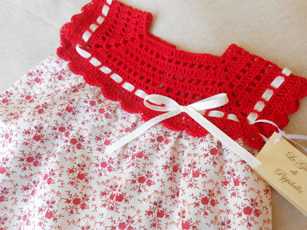 Abitino bambina in cotone fantasia avorio con fiorellini rossi, idea regalo