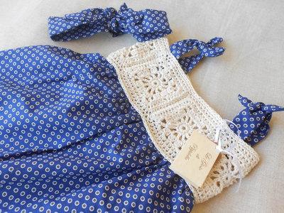 Vestitino prendisole bimba a  poins blu con sprone crochet beige e fascia fermacapelli.