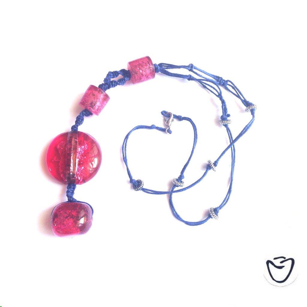 Collana con filo blu e pietre dire magenta (fragola)
