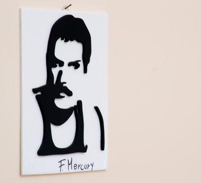 FREDDIE MERCURY quadro in legno, fatto a mano al traforo, immagine di colore nero e sfondo bianco - Regalo ideale per tutti i fan di uno dei più grandi cantanti al mondo e leader dei Queen