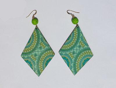Orecchini pendenti a rombo verde/azzurro in legno stampato, con perle in resina stile magma verde e monachelle in metallo dorato