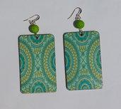 Orecchini pendenti rettangolari azzurri/verdi in legno stampato, con perle in resina stile magma verde e monachelle in metallo dorato