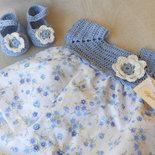 Vestitino bimba con fiorellini azzurro celeste e sprone crochet celeste con scarpette abbinate .