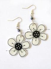 Orecchini ciondolo fiore Bianco e nero in shrink fiori estate ragazza donna