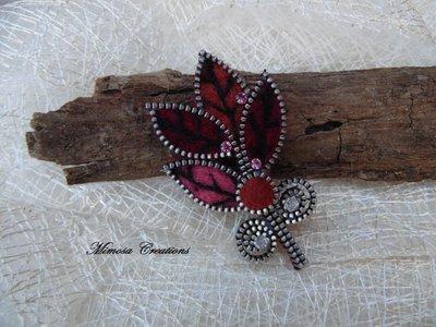 Spilla forma di foglie realizzata a mano lana cardata e zip