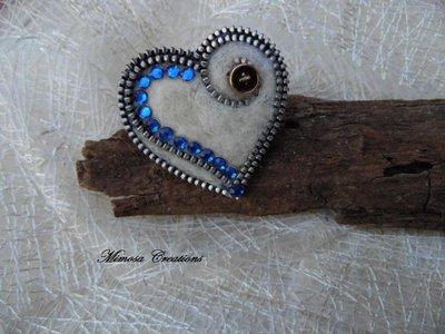 Spilla forma cuore realizzata a mano lana cardata e zip