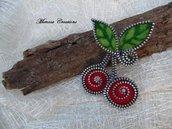 Spilla forma ciliegie realizzata a mano lana cardata e zip