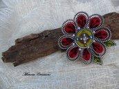 Spilla forma fiore realizzata a mano lana cardata e zip