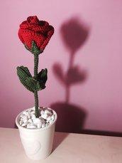 Rosa amigurumi in vasetto di ceramica