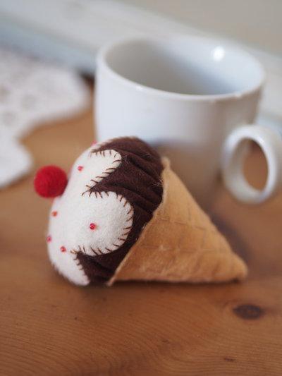Cono gelato bicolore,con crema.FELTRO.(Marrone/bianco/beige)Perle,perline,impunture a mano in contrasto.Imbottito con perla di feltro.Magnete,spilla,bomboniera,segnaposto.ESTATE!
