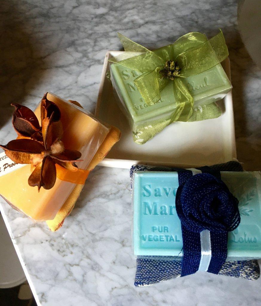 Set di tre saponi naturali di Provenza con cuscino di tessuto