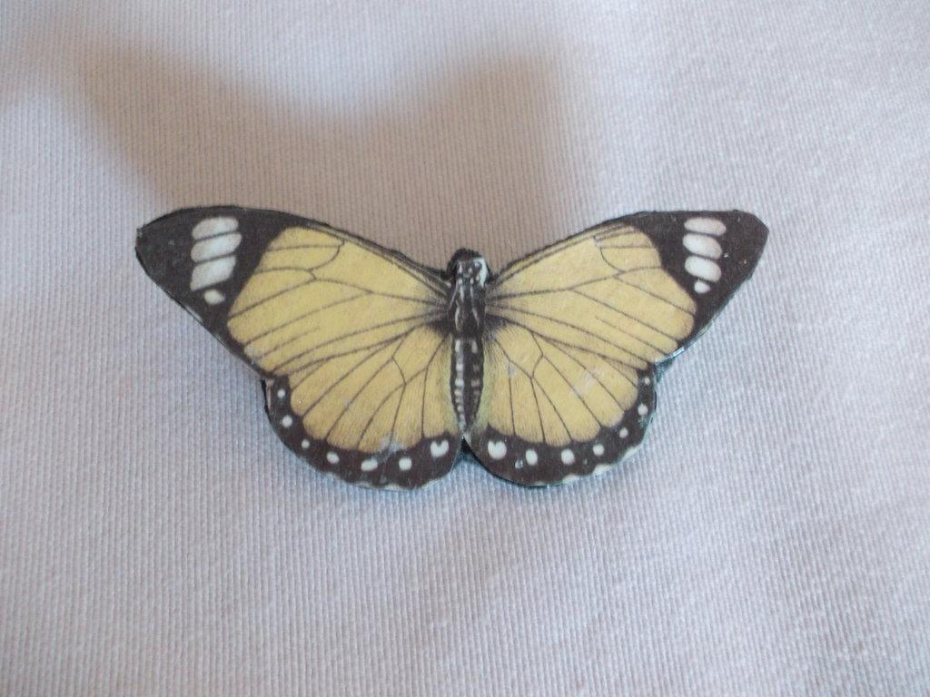 Spilla in pelle a forma di farfalla gialla