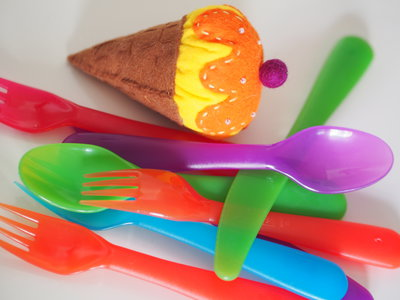 Cono gelato bicolore,con crema.FELTRO.(Giallo/Arancione/beige)Perle,perline,impunture a mano in contrasto.Imbottito con perla di feltro.Magnete,spilla,bomboniera,segnaposto.ESTATE!