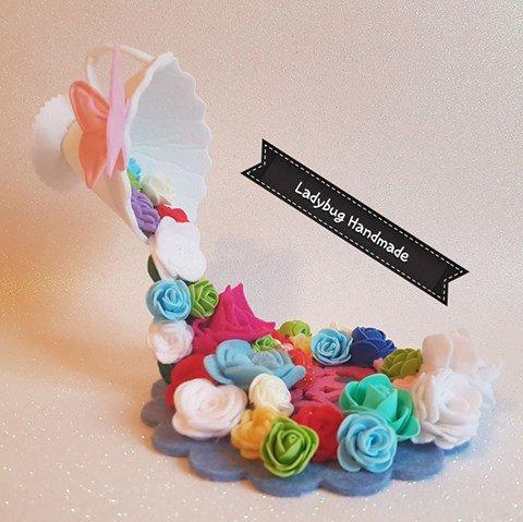 Tazza sospesa con cascata di fiori
