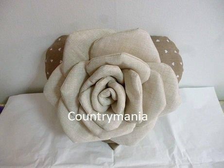cuscino a forma di cuore con rosa di stoffa