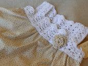 Abitino prendisole con sprone crochet bianco e  spilla a forma di rosa in tessuto bianco beige.