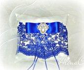 Cuscino portafedi Royal Blue in raso bianco e pizzo blu, fiocco , perle e strass, matrimonio, sposa, cerimonia