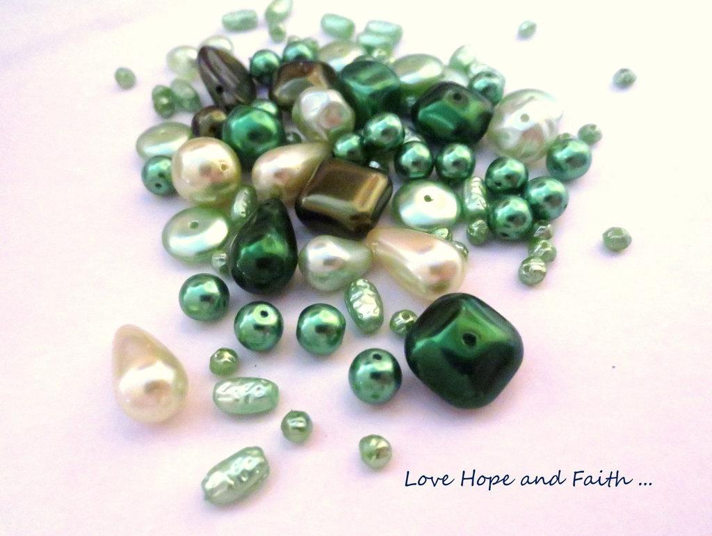 """LOTTO 50 gr perle in vetro di Bohemia """"Metallic Green/Cream"""" (cod.PRECIOSA)"""
