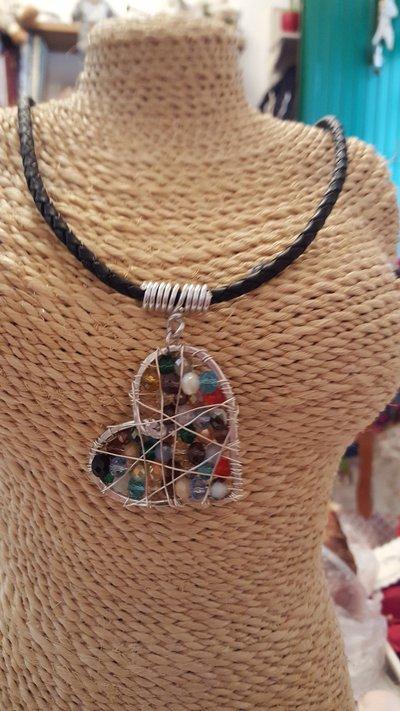 Collana girocollo in cuoio con cuore e rifiniture in alluminio e cristalli