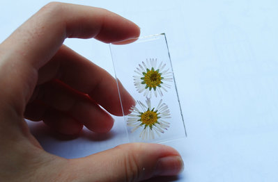 ciondolo in resina con fiori veri essiccati