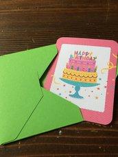 Biglietto di auguri compleanno con torta e scritta happy birthday