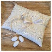 Cuscino per fedi in lino bianco avorio con pizzo macramè