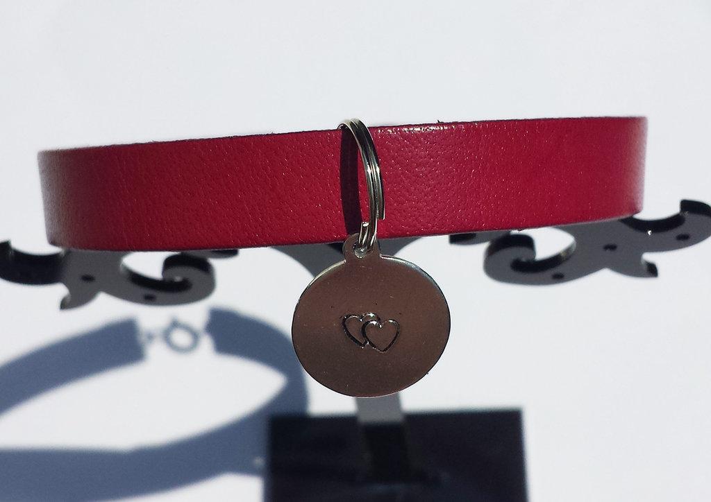 Bracciale di cuoio viola fucsia con ciondolo in alluminio rotondo e metal stamping due cuori