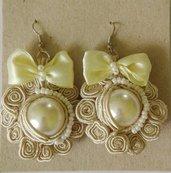 Orecchini in perla ricamati a mano