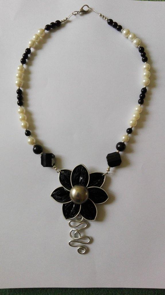 Collana in perle con ciondolo di cialde e filo di alluminio
