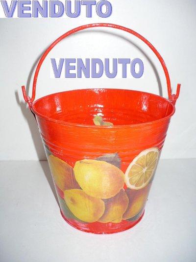 secchiello rosso con limoni