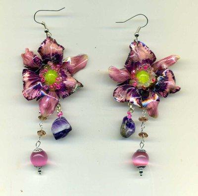 Orecchini con lilium rosa e viola in sospeso trasparente e pietre