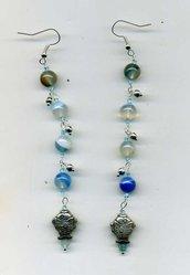 Orecchini pendenti lunghi con pesciolino e agata striata blu