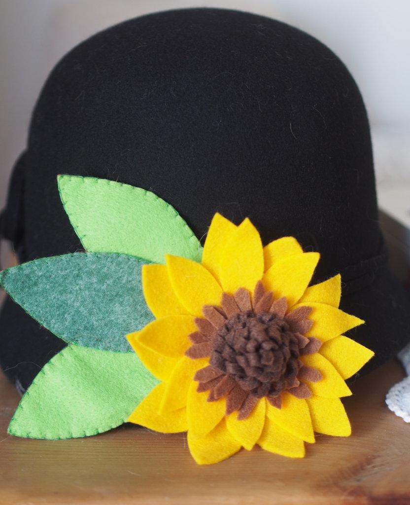 Girasole in feltro.Grande spilla con dettagli di smerli al centro e foglie doppie,impunturate.Bomboniera,decorazione per borse,sciarpe,cappelli.ESTATE!