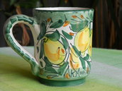 Tazza con manico in ceramica. Mug. Bicchiere con decorazione limoni. Le ceramiche di Ketty Messina.